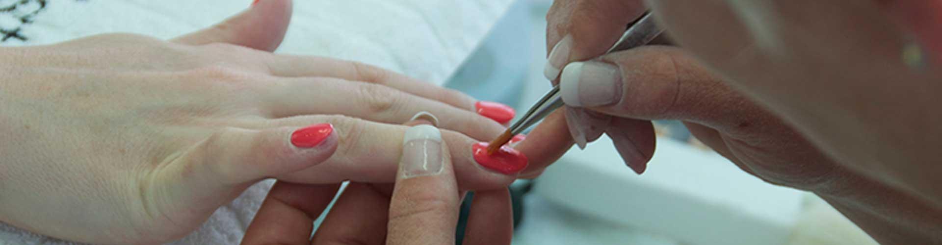Estetian nagel en beauty Studio aan het werk